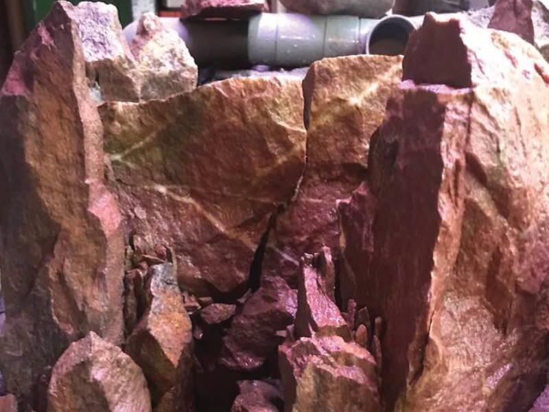 leidingwerk-van-waterval-in-de-stenen